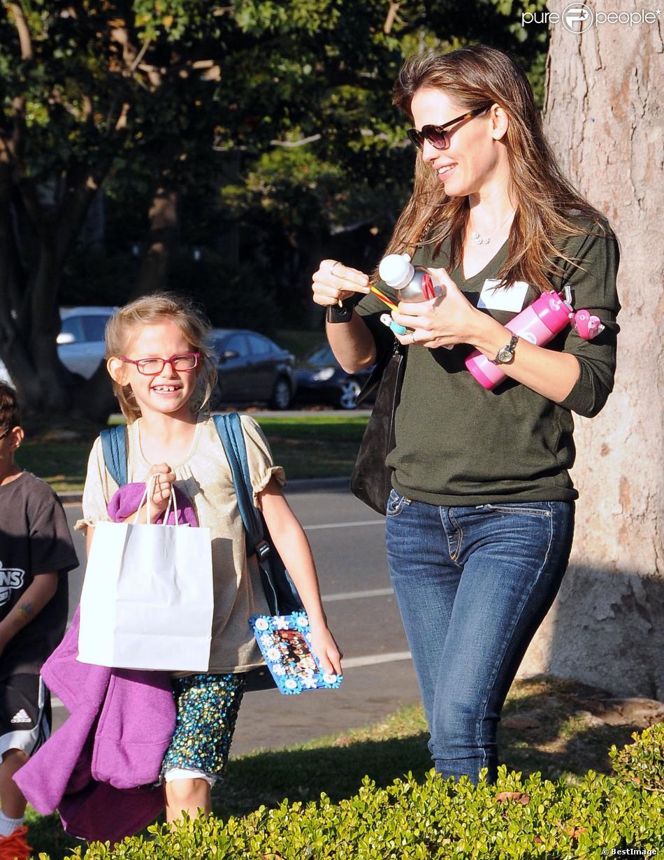 Jennifer Garner et sa fille Violet à la sortie de l'école à Santa Monica, le 20 décembre 2013.