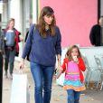 Jennifer Garner fait du shopping avec sa fille Seraphina pour une nouvelle paire de chaussures, à Brentwood, le 19 décembre 2013.