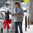 L'actrice Jennifer Garner et sa fille Seraphina sont allées chercher des boissons au Farmshop, au Brentwood Country Mart, à Brentwood, le 18 décembre 2013.