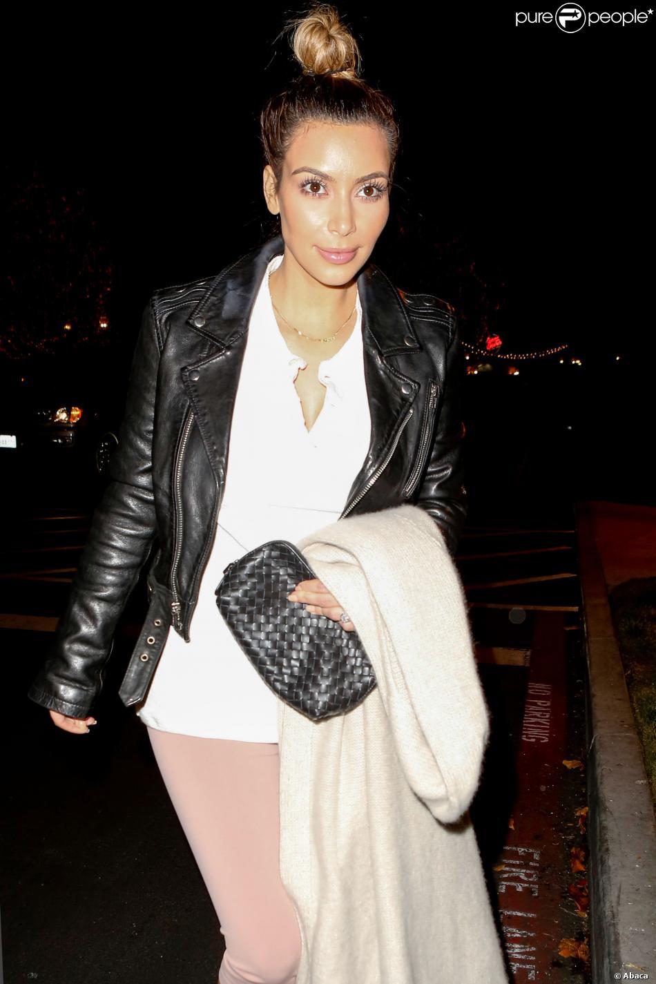 Kim Kardashian sort du cinéma accompagnée de Kanye West, Kendall Jenner, sa mère Kris, Kourtney Kardashian et Scott, à Calabasas, Los Angeles, CA, USA le 21 décembre 2013