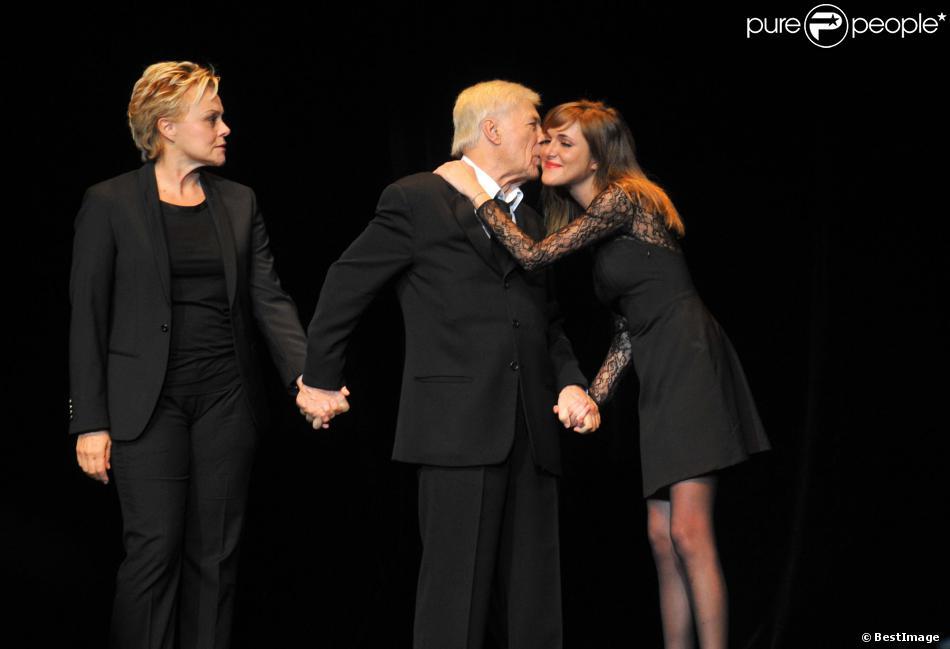 Guy Bedos entouré de sa fille Victoria et Muriel Robin sur la scène de l'Olympia, pour son dernier spectacle intitulé Rideau !, à Paris. Le 23 décembre 2013.