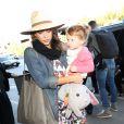Jessica Alba et la petite Haven, 2 ans, arrivent à l'aéroport de Los Angeles, le 21 décembre 2013.