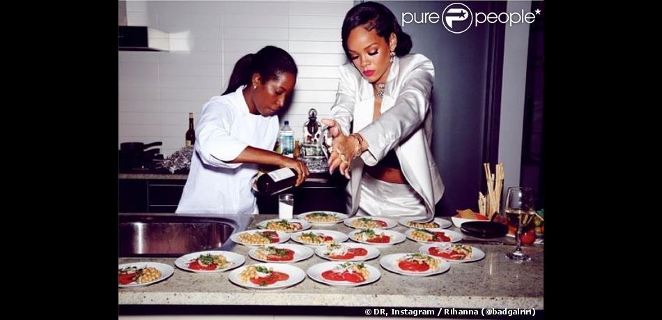 Rihanna a cuisiné pour ses amis, invités chez elle au soir du Nouvel An. New York, le 31 décembre 2013.