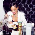 Rihanna et ses amis, à table au soir du Nouvel An. New York, le 31 décembre 2013.