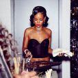 Rihanna, aux fourneaux pour ses amis, invités chez elle au soir du Nouvel An. New York, le 31 décembre 2013.