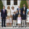 Cristina d'Espagne et son mari Iñaki Urdangarin en famille à la Zarzuela, à Madrid, pour la communion de leur fils Miguel le 28 mai 2011. Le 6 janvier 2014, la fille cadette du roi a été mise en examen dans l'affaire Noos, deux ans après l'inculpation de son époux.