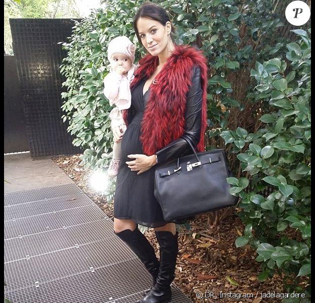 Jade Foret, enceinte, se rend chez le médecin avec sa fille Liva. Janvier 2014.