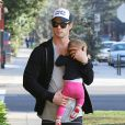 """Chris Hemsworth et sa fille India à Santa Monica, le 9 janvier 2014."""