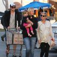 """""""Chris Hemsworth et sa femme Elsa Pataky (enceinte) emmènent leur fille India chez le pédiatre avant d'aller faire quelques courses à Santa Monica, le 9 janvier 2014."""""""