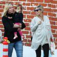 """Elsa Pataky (enceinte) en famille avec sa fille India à Santa Monica, le 9 janvier 2014."""