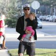 Chris Hemsworth et sa femme Elsa Pataky (enceinte) emmènent leur fille India chez le pédiatre avant d'aller faire quelques courses à Santa Monica, le 9 janvier 2014.