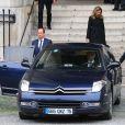 François Hollande et Valérie Trierweiler encadré par les membres du Groupe de sécurité de la Présidence de la République (GSPR), le 16 octobre 2013 lors des obsèques de Patrice Chereau à Paris
