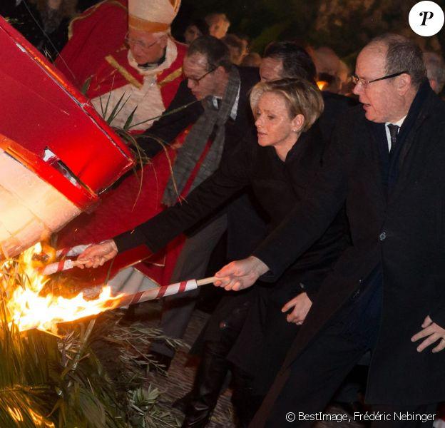 La princesse Charlene et le prince Albert II de Monaco ont enflammé ensemble la barque symbolique des célébrations de la Sainte Dévote, le 26 janvier 2014 en principauté.