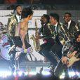 Bruno Mars et les Red Hot Chili Peppers, Anthony Kiedis et Flea, lors du Super Bowl entre les Broncos de Denver et les Seahawks de Seattle, le 2 février 2014 au Metlife Stadium de New York à East Rutherford, dans le New Jersey
