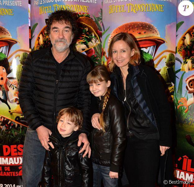 """Olivier Marchal, sa femme Catherine Marchal et leurs enfants Ninon et Basile lors de l'avant-première du film """"L'île des Miam-nimaux : Tempête de boulettes géantes 2"""" au à Paris, le 2 février 2014"""