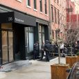 Devant l'appartement de Philip Seymour Hoffman sur Bethune St. dans West village, New York, le 3 février 2014.