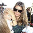 """""""Tête-à-tête glamour ! Gisele Bundchen prend l'avion avec sa fille Vivian à Los Angeles le 9 février 2014."""""""
