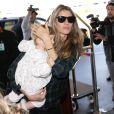 """""""Le top brésilien Gisele Bundchen prend l'avion avec sa fille Vivian à Los Angeles le 9 février 2014."""""""