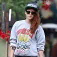 Exclusif - Kristen Stewart se balade avec son chien et des amis dans les rues de Los Angeles. Le 22 novembre 2013.