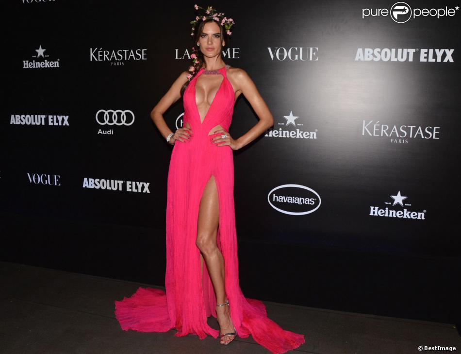 Couronne de fleurs et robe décolletée et fendue pour Alessandra Ambrosio, invitée star du Vogue Carnival Gala Ball à Saõ Paulo. Le 20 février 2014.