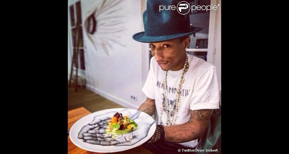 Pharrell Williams dîne chez JR une salade Alexandra concoctée par Jean Imbert, le 24 février 2014