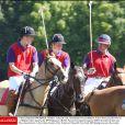 Le prince Charles et ses fils les princes William et Harry lors d'un tournoi de polo en juillet 2003