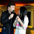 Tony Carreira chantant avec Anggun La Neige au Sahara. Showcase pour le lancement de l'album de Tony Carreira,  Nos fiançailles, France/Portugal , au No Comment à Paris, le 23 janvier 2014.