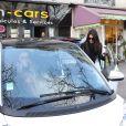 Pour se déplacer dans Paris, Kendall Jenner a loué une Smart. Le 1er mars 2014.