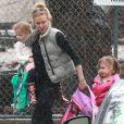 Exclusif - Nicole Kidman, sous la pluie, avec ses deux filles à Los Angeles, le 28 février 2014.