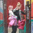 Exclusif - Nicole Kidman, sous la pluie, avec ses deux filles, Faith et Sunday Rose, à Los Angeles, le 28 février 2014.