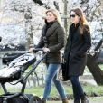 La divine Michelle Hunziker, ses filles Sole et Aurora, en promenade dans un parc de Milan le 5 mars 2014.