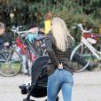 La très belle Michelle Hunziker, ses filles Sole et Aurora, en promenade dans un parc de Milan le 5 mars 2014.