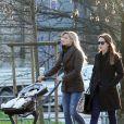 Michelle Hunziker, ses filles Sole et Aurora, en promenade dans un parc de Milan le 5 mars 2014.