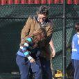 Mark Ruffalo fait du skateboard avec sa femme Sunrise Coigney et leurs enfants Keen, Bella et Odette à New York, le 9 mars 2014.