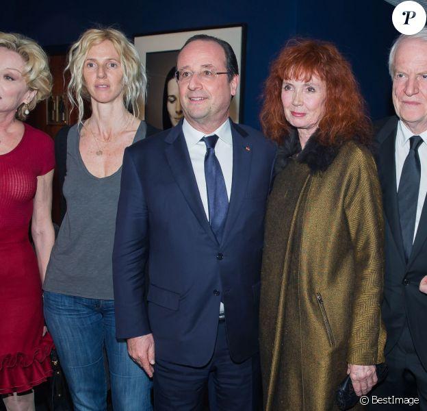 Aurélie Filippetti, Caroline Sihol, Sandrine Kiberlain, François Hollande, Sabine Azéma et André Dussollier lors de l'hommage à Alain Resnais à l'avant première de son film Aimer, boire et chanter à Paris le 10 mars 2014.