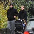 David Walliams et sa femme Lara Stone promènent leur fils à Londres le 3 décembre 2013.