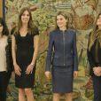 Letizia d'Espagne reçoit des journalistes de la version espagnole de Vogue, au Palais de la Zarzuela, à Madrid, le 14 mars 2014.