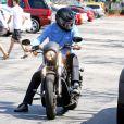 Bruce Jenner pass un peu de temps avec sa fille Kylie à Los Angeles, le 16 mars 2014.