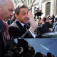 Nicolas Sarkozy regagne sa voiture après être allé voter aux alentours de 13 heures dans le 16e arrondissement de Paris à l'occasion des élections municipales, le 23 mars 2014.