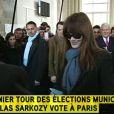 Nicolas Sarkozy et Carla Bruni votent dans un bureau de vote du XVIe arrondissement de Paris pour le 1er tour des élections municipales de 2014. (Vidéo i-Télé)