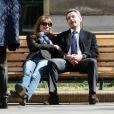 Nicolas Sarkozy et sa femme Carla Bruni se prélassent sur un banc du lycée du bureau de vote dans le 16e arrondissement à Paris, le 23 mars 2014.
