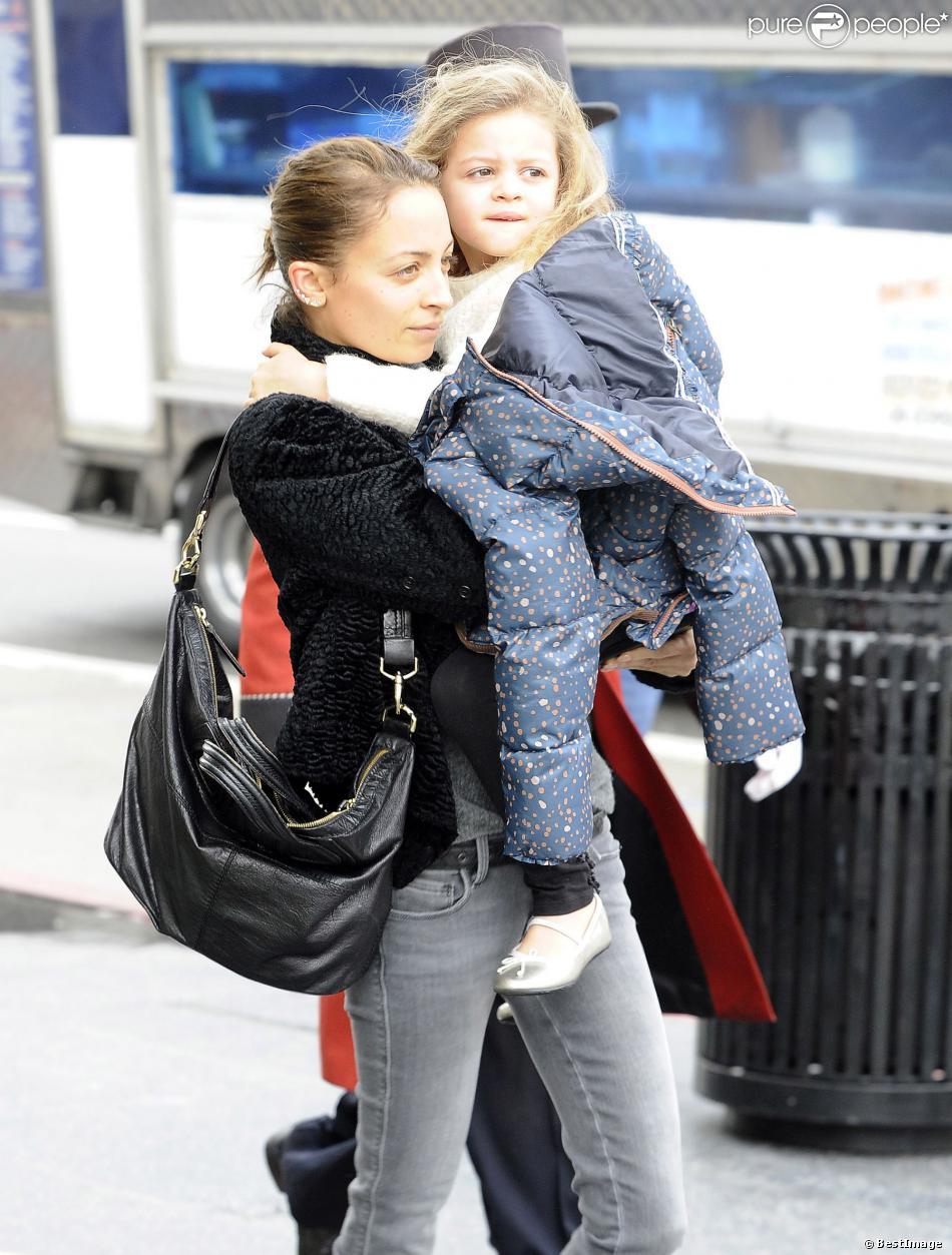 Nicole Richie fait du shopping avec sa fille Harlow à Hollywood le 7 février 2014.