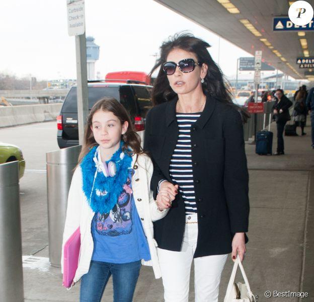 Catherine Zeta-Jones et sa fille, la petite Carys à l'aéroport de La Guardia à New York le 28 mars 2014