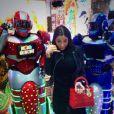"""Nabilla au Japon entourée de robots : """"Plus besoin de téléphone au japon mdr #allo #4G"""""""