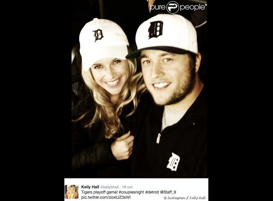 Matthew Stafford, quarterback des Detroit Lions en NFL, et Kelly Hall. Le couple s'est fiancé en mars 2014.