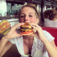 Kelly Hall, en pleine dégustation sexy de burger en mars 2014, s'est fiancée ce même mois avec Matthew Stafford, quarterback des Detroit Lions en NFL.