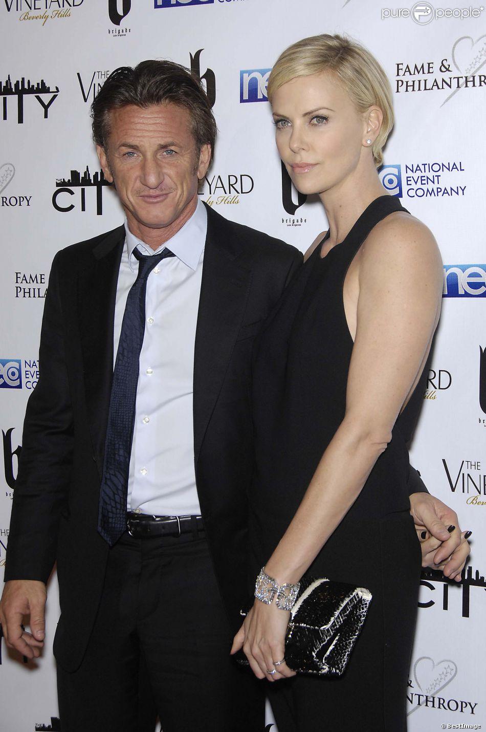 """Première apparition officielle de Sean Penn et Charlize Theron lors du gala de charité """"Fame & Philanthropy"""" à Beverly Hills, le 2 mars 2014."""