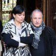 Patrick Braoudé et sa femme Guila - Sortie des obsèques de Régine Deforges en l'église de Saint-Germain-des-Prés à Paris. Le 10 avril 2014.