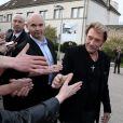 Exclusif - Johnny Hallyday signe des autographes à ses fans à son arrivée au 6e Festival du Film Policier de Beaune, le 2 avril 2014.