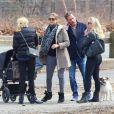 La princesse Madeleine de Suède et Chris O'Neill avec des amis à Central Park lors d'une promenade avec leur fille Leonore, à New York, le 22 mars 2014